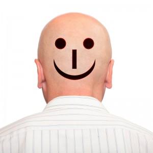 Pozytywny uśmiech na łysej głowe